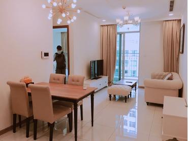 Cho thuê căn hộ Vinhomes Central Park 1 phòng ngủ tòa Landmark Plus tầng trung, full đồ