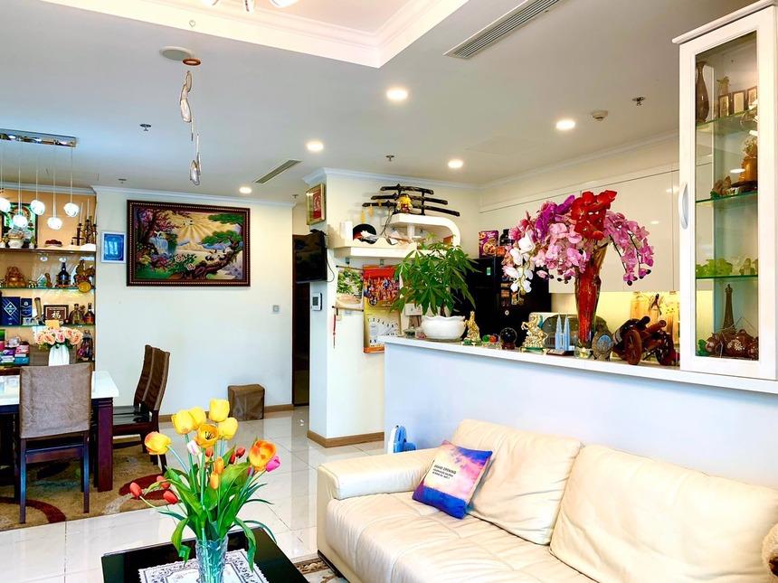 View phòng khách căn hộ Vinhomes Central Park tòa Landmark 6 3 phòng ngủ